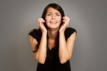 Entrückte tränenreiche junge Frau