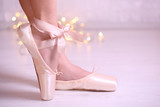 Fototapety Ballerina in pointe shoes  in dance hall