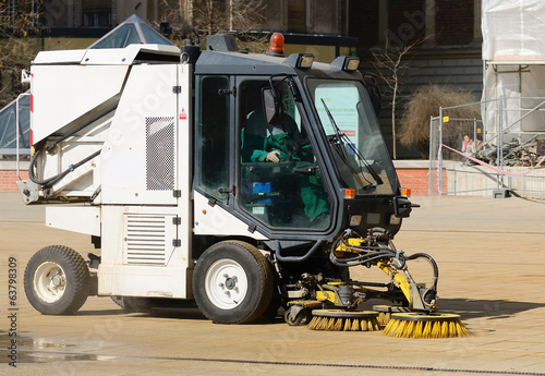 Street cleaner machine