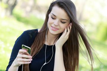 Jeune femme brune écoutant de la musique pour se détendre