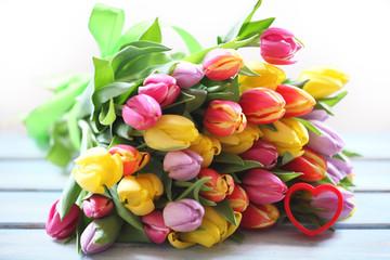 Tulpenstrauß gebunden mit Schleife und Herz