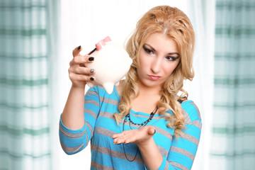 blondes Mädchen hat Geldsorgen