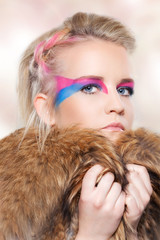Beauty Model Portrait mit farbigem Makeup