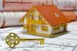 Wohnungsbau mit goldenem Hausschlüssel