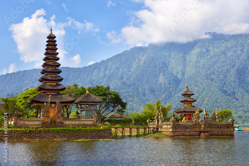 Fotobehang Begraafplaats Pura Ulun Danu on lake Beratan, Bali, Indonesia