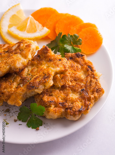 Chicken cutlets with lemon and carrots