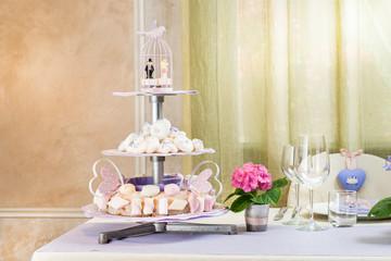 Tavolo degli sposi con alzata centrotavola porta dolci