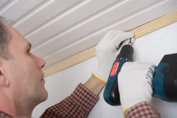 Installing molding to ceiling