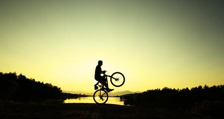gündoğumunda bisiklet şov yapmak