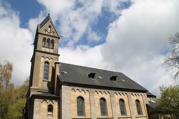 Eine Kirche im Sonnenlicht