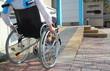 Frau im Rollstuhl auf Rollstuhlrampe