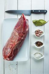 Carne de redondo de ternera fresco con ingredientes para cocinar