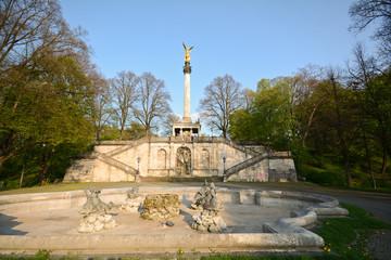 Friedensengel München mit Brunnen und Freitreppe in Bogenhausen