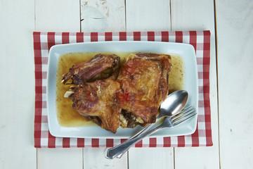 Paletilla de cordero lechal asada en horno de leña