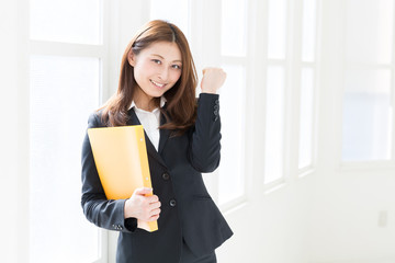 ファイルを持つ女性 ビジネス