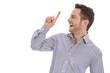 Lachender attraktiver Geschäftsmann zeigt mit dem Finger