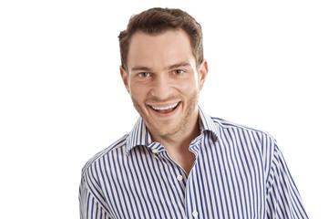 Lachender junger Geschäftsmann in blau auf weiß freigestellt