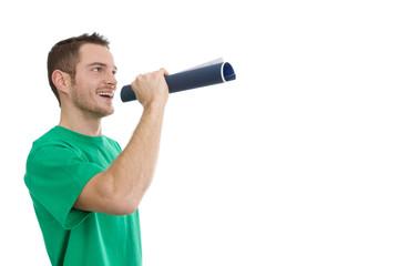Mann in grünem Shirt isoliert mit Sprachrohr