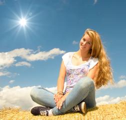 Sommer-Schönheit: Junge, blonde Frau genießt die Sonne :)