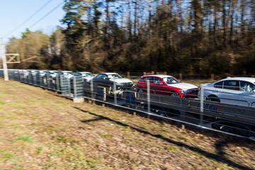 Neuwagen auf einem Güterzug