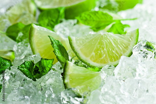 lime pieces and leaves of mint with ice