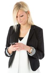 Frau blickt auf Smartphone