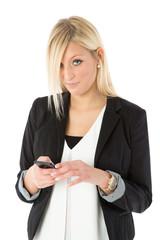 Frau mit Smartphone blickt skeptisch
