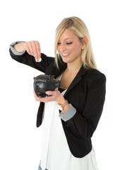 Frau wirft Münze in Schwarzgeldkasse