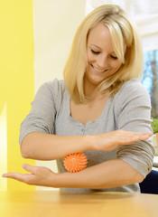 Frau bei Ergotherapie mit Igelball