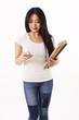 Studentin in weißen Shirt tippt auf ihrem Handy