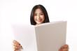 Studentin in weißen Shirt hält ein offenes Buch vor sich