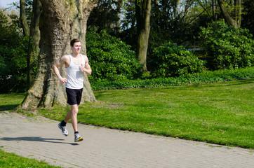 mann hat spaß beim joggen