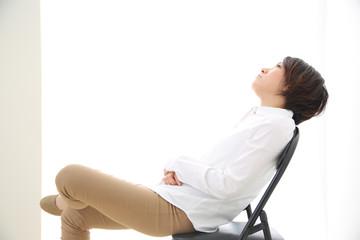 パイプ椅子に座る女性
