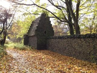 Mauer mit Haus