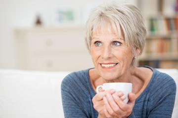 ältere dame mit einer tasse tee
