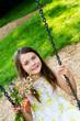 Bambina nel parco sull'altalena