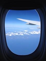 飛行機の窓から富士山