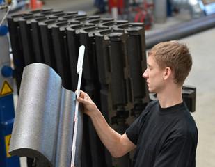 Ingenieur bei Qualitätskontrolle von Kunststoffbauteilen