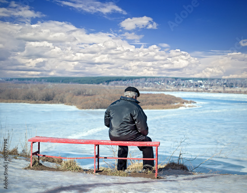 Man resting on a bench at the edge of the escarpment in the earl