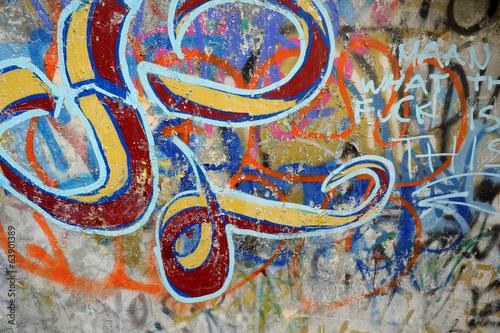 Grafitti auf einer alten Mauer