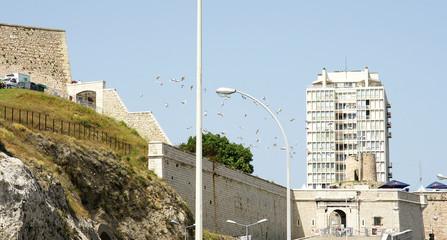 Globos brillantes en el cielo de Marsella, Francia