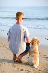 Mit Hund auf's Meer blicken