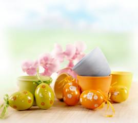Uova di Pasqua con vasi colorati