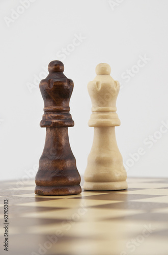 White and black chess queens
