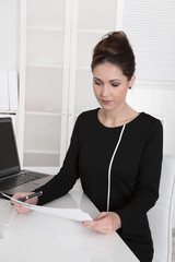 Junge Business Frau: Ergonomie am Arbeitsplatz