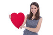 Glückliche junge Frau mit einem großen Herz in der Hand