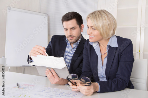 Business Team: Mann und Frau in Besprechung