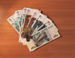 Деньги Российской Федерации на фоне деревянного покрытия