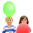 Zwillinge mit Luftballons