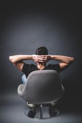 Mann entspannt im Sessel